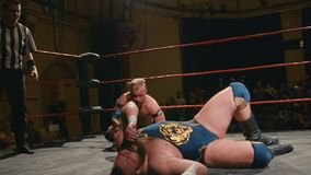 De worstelaar raakt Harde Lopende Knie om tijdens Pro het Worstelen Gelijke onder ogen te zien stock videobeelden