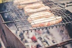 de worsten treffen op een rooster voorbereidingen een grill/de worsten op een grill gebraden zijn royalty-vrije stock foto