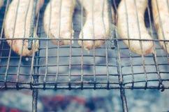 de worsten treffen op een rooster voorbereidingen een grill/de worsten op een grill, hoogste mening gebraden zijn royalty-vrije stock fotografie