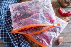 De wortelen, de bieten en de uien worden gesneden voor het braden voor borsjt verwerving freezing Soep het koken stock foto