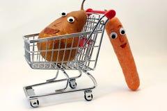 De wortelen duwt het boodschappenwagentje met een PEER met ogen Royalty-vrije Stock Afbeeldingen
