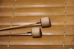 De xylofoon is een muzikaal instrument in de percussiefamilie die uit houten bars bestaat stock afbeelding