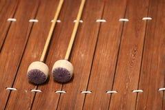 De xylofoon is een muzikaal instrument in de percussiefamilie die uit houten bars bestaat stock fotografie