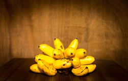 De Yello todavía del plátano vida en fondo de madera Imagenes de archivo
