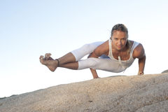 De yoga stelt Astavakrasana royalty-vrije stock afbeeldingen