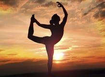 De yoga stelt bij zonsondergang 7 Stock Foto's