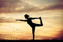 De yoga stelt bij zonsondergang royalty-vrije illustratie