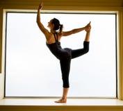 De yoga stelt binnen op vensterbank Royalty-vrije Stock Foto's