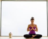 De yoga stelt binnen op vensterbank Stock Fotografie