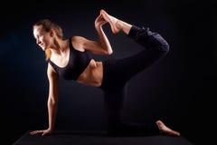 De yoga stelt in studio Stock Foto