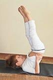 De yoga van de baby thuis Royalty-vrije Stock Fotografie