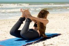 De Yoga van de boog stelt Dhanurasana Royalty-vrije Stock Foto's