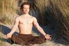 De yoga van de mens Stock Afbeeldingen
