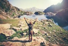 De yoga van de mensenreiziger het ontspannen alleen opgeheven handen Royalty-vrije Stock Fotografie