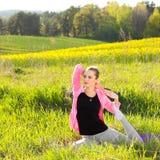 De Yoga van de Praktijken van de vrouw Royalty-vrije Stock Foto's
