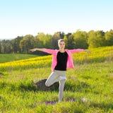 De Yoga van de Praktijken van de vrouw royalty-vrije stock afbeeldingen