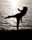 De Yoga van de rivieroever stock afbeeldingen