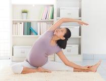 De yoga van de vrouwenmeditatie thuis stock afbeelding
