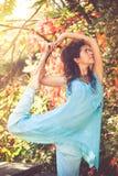 De yoga van de vrouwenpraktijk openlucht Royalty-vrije Stock Foto
