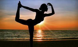 De yoga van de zonsondergang Royalty-vrije Stock Foto