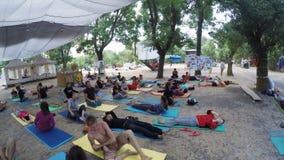 De yoga van groepshatha op ethno esoterisch festival stock video