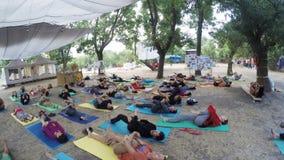 De yoga van groepshatha op ethno esoterisch festival stock videobeelden