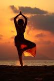 De yoga van het strand stock afbeeldingen