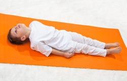 De yoga van kinderen. Royalty-vrije Stock Afbeeldingen
