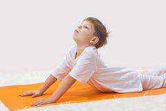 De yoga van kinderen. Stock Fotografie