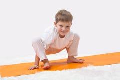 De yoga van kinderen. Stock Foto
