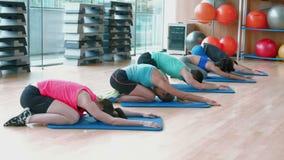 De yogaklasse in childs stelt in geschiktheidsstudio stock footage