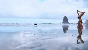 De yogazitting van de de zomerzonsopgang over mooi Playa DE La Tejita strand met mening over de rots van de Atlantische Oceaan en stock videobeelden