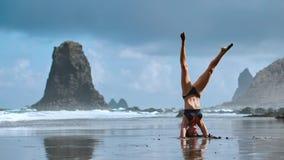 De yogazitting van de de zomerzonsopgang over mooi Playa DE La Tejita strand met mening over de rots van de Atlantische Oceaan en stock video
