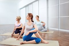 De yogazittingen van de groep Stock Foto's
