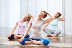 De yogazittingen van de groep Stock Afbeelding