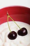 De yoghurt van de kers binnen Stock Foto's