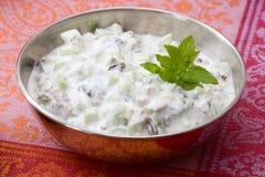 De yoghurt van de komkommer met rozijnen Stock Foto