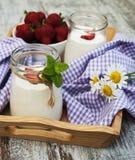 De yoghurt van het aardbeifruit met verse aardbeien Stock Afbeeldingen