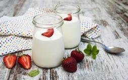 De yoghurt van het aardbeifruit met verse aardbeien Stock Fotografie