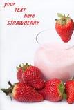 De yoghurt van het fruit smoothie met rode Aardbei op witte backgroun Stock Foto's