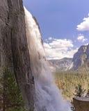 De Yosemite Falls fin et tiré d'un angle unique dans un secteur humide Photos stock