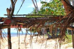 """ de yourself†d'""""Love d'inscriptions,  de harmony†de paix d'""""Love sur la hutte abandonnée en bois Image libre de droits"""