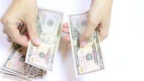 De YSlowmovideo van vrouwelijke handen die geld op wit tellen, int dichte omhooggaand van vijftig dollarsrekeningen stock videobeelden
