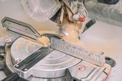 De Zaag van de mijter Snijd de raad op de zaag af Het onder ogen zien van de raad Hulpmiddel voor het timmerwerkwerk stock afbeeldingen
