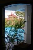 De Zaal met een mening van pool en architectured daken door windo Stock Foto's