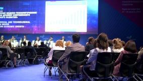 De zaal van de conferentie De mensen luisteren aan de presentatie stock video