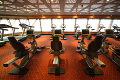 De zaal van de gymnastiek met hometrainer in cruiseschip stock afbeeldingen