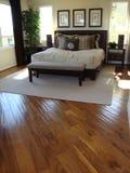De Zaal van het bed met Houten Vloeren Stock Afbeeldingen