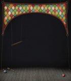 De Zaal van het circus met schommeling en ballen Stock Afbeeldingen