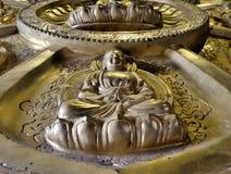 De Zaal van Meunbuddhasukkhavadi met duizenden kleine beelden van Boedha Stock Foto's